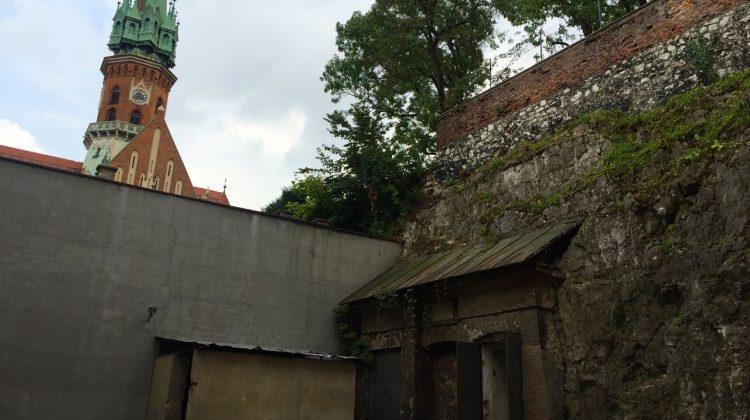 Widok z podwórka na kościół św. Józefa